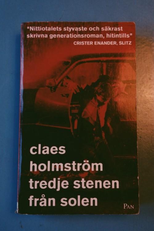 Dekis kille som ramlar ur bil, bokslaget för tredje stenen från solen av Cleas holmström
