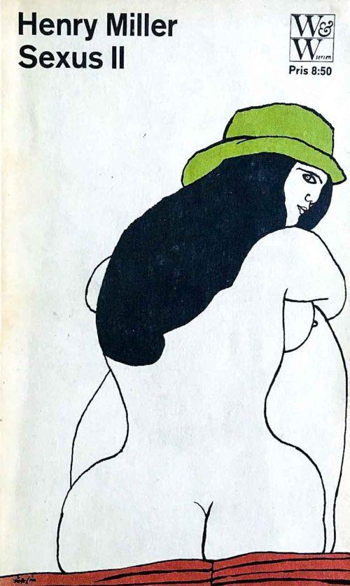 Ryggen av en naken kvinna som sitter på en röd pläd och har en grön hatt på huvudet.