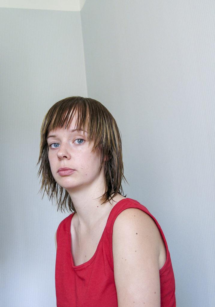 Johanna Blomgren nedstämd med röd tröja