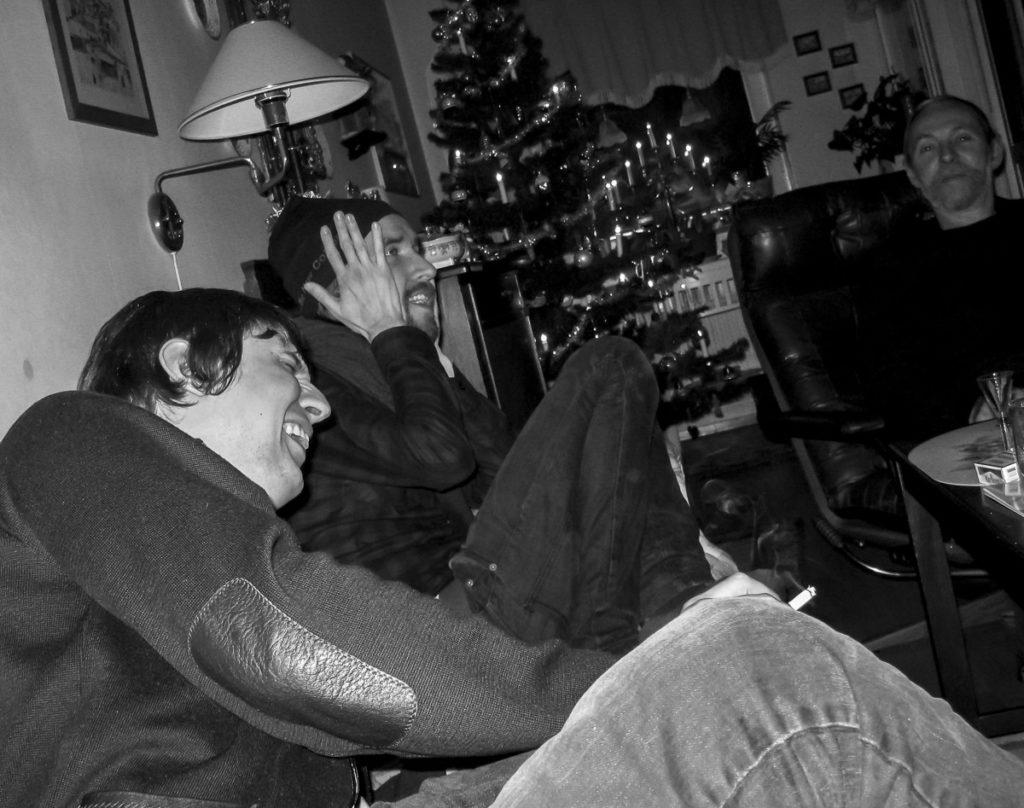 Två killar skrattar hejdlöst