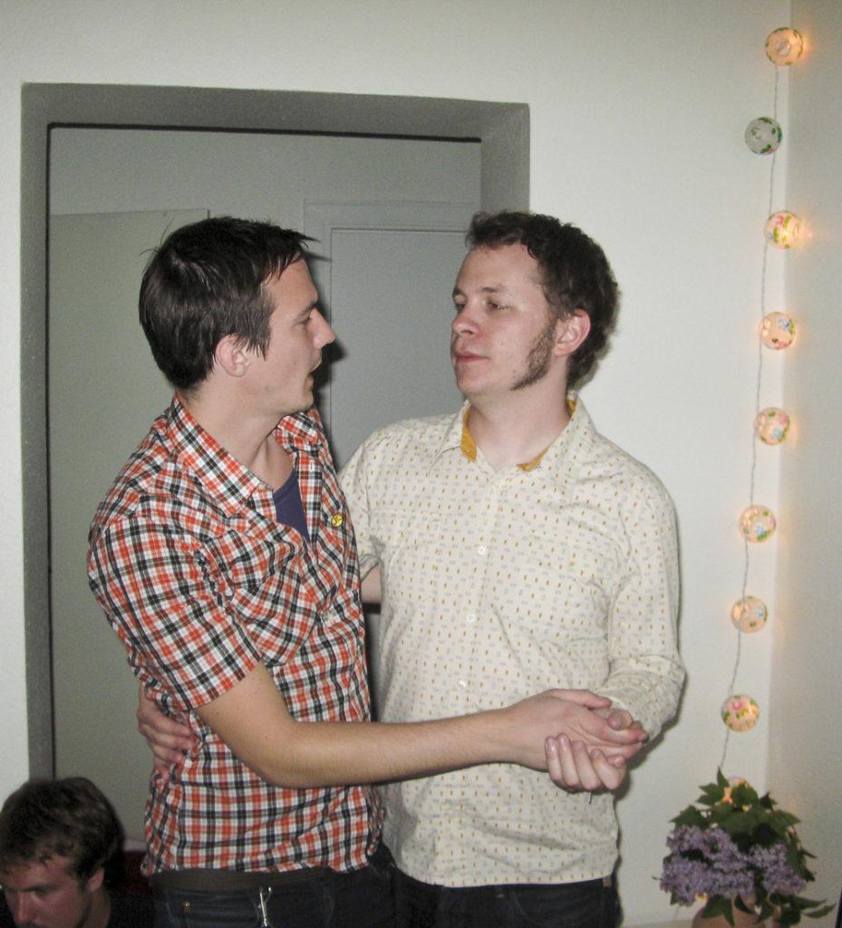 David och Daniel dansar kärt