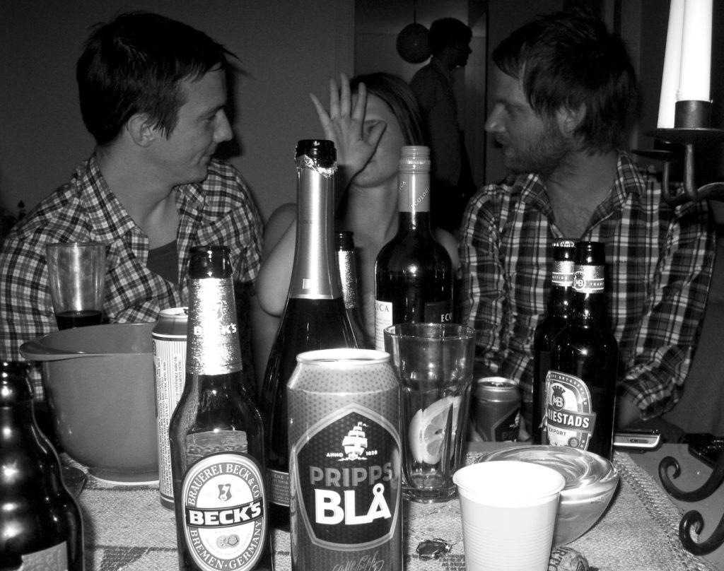 Sprit, öl på ett bord med tre festande