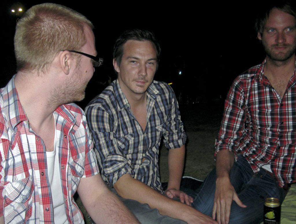 Tre män i rutiga skjortor i Folkets Park Malmö