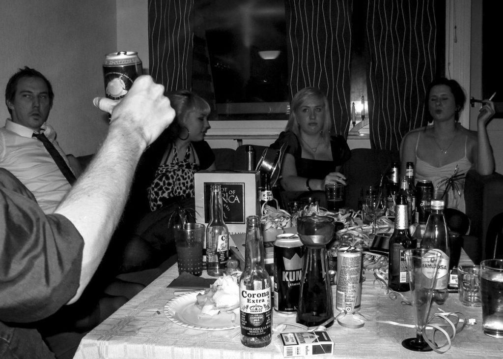 Bord fullt av sprit och öl