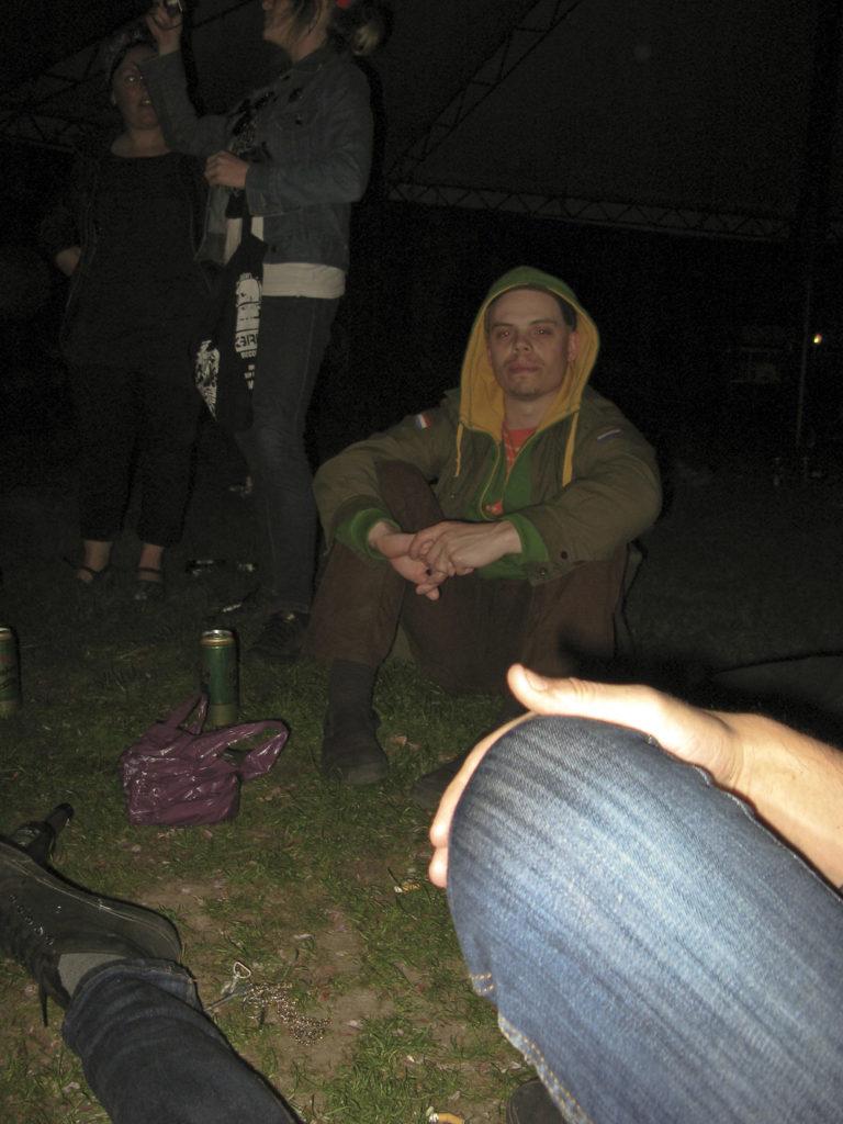 Kille sitter i Folkets Park Malmö en kväll 2008