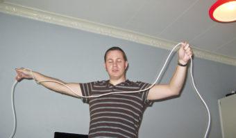 Sladdkungen Daniel Friis mäter upp en sladd