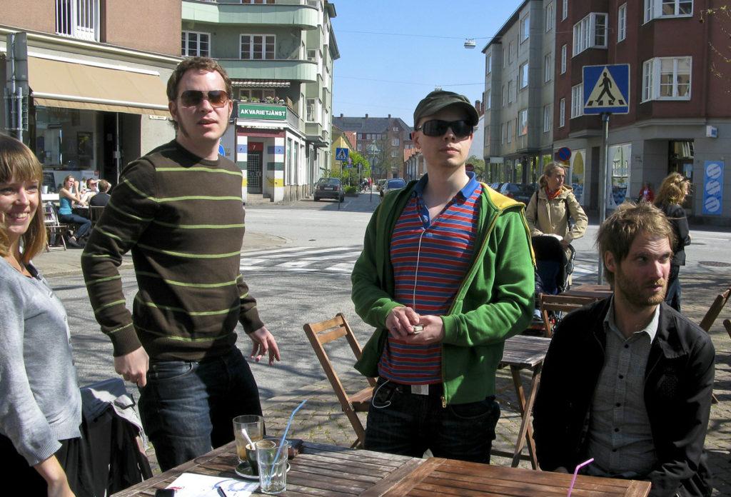 Ett gäng kompiser fikar på St:knuts torg i Malmö 2008
