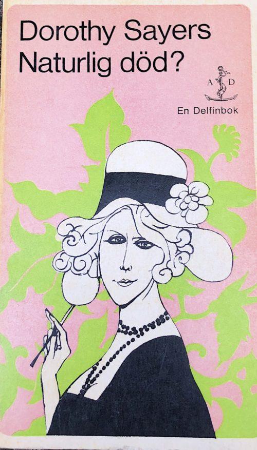 Flärdfull kvinna i hatt och lång cigarett i hand.